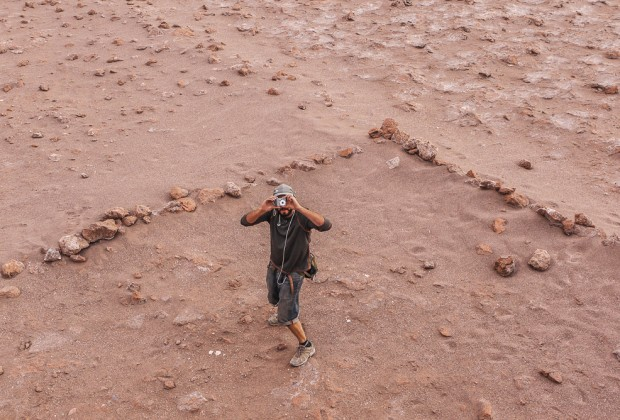 Grado 10 Guide Taking a Photo in the Valle de la Luna